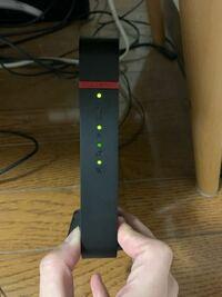 インターネットが繋がらなくなってしまいました。 下から2つ目のインターネットアクセスランプが緑でずっと点滅しています、通常は緑で点灯です。 5月4日の22時頃に発生した地震による電波障害から今もずっとイン...