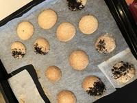 マカロンのピエができません そして、何故かクッキーみたいにカリカリになります。 あと、生地を絞ったあと、気泡がすごいです。生地が緩くなるんですけど何故かわかる方いますか?教えてくだ さい 温度180度で...
