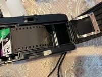 カメラ初心者です。最近トイカメラのようなものを購入しました。 フィルムを取り付けようと思ったのですが、普通のフィルムカメラにあるようなスプールがありませんでした。 どのようにフィルムを取り付ければ良...