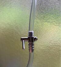 メダカの水槽にエアポンプを入れたのですが、エアの量が多く、水も大きく動きそうなので、手元にあった「エアーチューブ用 1方コック 1個 一方コック」を付けてみました。 エアの量は少なくできたのですが、チューブの途中で強制的に流量を絞ることはポンプ本体に無理がかかるのではないか心配になりました。 どこか途中にエア抜きなどを設けた方が良いのでしょうか? 中間にこのコックを付けただけで大丈夫であれば...