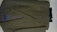 こちらのテーラードジャケットは何色に見えますか?