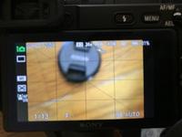 Sony のa6400を使用しています。 初心者です。  今写真を撮ろうと思ったら画面全体がぼやけてしまい、うまく撮れません。  パワーズームレンズと単焦点レンズ(E35mm F1.8oss)どちらをつ けても同じような状態です。  いつもはAモードで使用していたのですが、 オートモードにして画面で焦点を合わせたい場所をタップしてピントを合わせようかとも思いましたが、それもで...