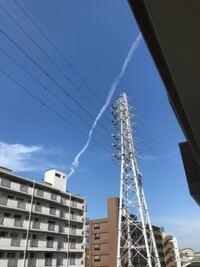これ、地震雲ですか? 下の写真は9時20分。そして11時50分にも殆ど同じ雲が出現したそうです。神奈川県川崎市で撮影されました。  会社の先輩が撮影しました。羽田空港が近くに有るけど角度的に飛行機雲にしては違和感があるそうです。  Twitter でも呟かれているそうです。  皆さんはどの様に思いますか?