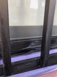 外壁塗装トラブルでです   家族がアルミサッシに付いている汚れを見つけ業者に言った所  「シンナーで拭けばとれるわ」  と言っていたそうですが、何かでガリガリと擦って居る音がしていて 業者が帰った後...