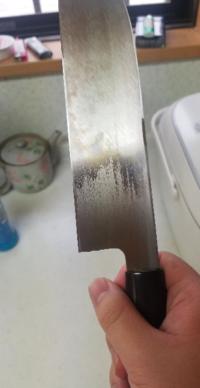 和包丁についてです。 このちょっと茶色がかってるのはサビでしょうか? これをとる方法はありますか?  また、和包丁を使用したあとの手入れは、どのようにすればいいですか?