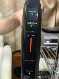 バッファローのルーター(2533DHP3)なんですがwifiには繋がるんですがインターネットには繋がりません。新品で一つめも一緒の症状でした。知り合い宅でも試しましたが同じです。機械の不具合でしょうか?ちなみに...