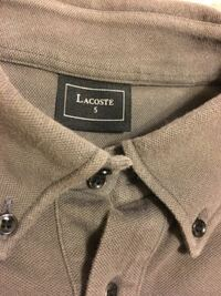 ラコステのポロシャツについて教えてください。 このタグのポロシャツを購入しましたが偽物なんでしょうか?  洗濯タグには扱っている会社の名前がしっかり印刷してされていました。  初めて見る田口だってのでご...
