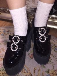 bubblesの靴を使っている方に質問です。  ①私は足が幅広なのですが、サイトを見ると幅が8cmと書いてあり私の足では少しきつい気がするんですけど幅広で履いてる方はいますか?また、幅は履い ているうちに足に馴染んで広がりますか?  ②私は普段から厚底の靴を履いているんですけど、13cmってやっぱり疲れますか?  ③bubblesの靴のサイズ感が分からないのですが普段22.5~2...
