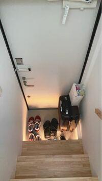 この狭い玄関に下駄箱を置く事は可能でしょうか。 隙間があるのでそこに靴をいれてますが、 これから2人暮らしになるので 下駄箱が欲しいなと思ってます。  2人で家を出る時は狭いです。 なんとかなるでしょうか。