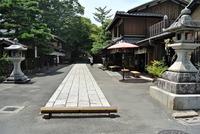 京都の寺か神社の門前のようですが、何処でしょうか? 京都の街が好きで、仕事の折や旅行で行くことが多く,メジャーな場所はわかるのですが、子の写真の場所がわかりません。奥に神社か寺があるので、その参道の...