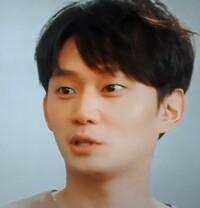 この写真の韓国の俳優さんが なんのドラマに出ていたか教えてください。  ウラチャチャmy loveの18話で、イ・ジュンギの俳優の先輩役で出ていたんですが、前にみた韓国ドラマに出ていて、 そのドラマが思い出せなくて。  確か、権力のある父親(奥さんでしたっけ…)が 子供を殺して、近所に住む子供を自分の息子にして育ててた役です。  で、この息子役の実の父親がろくでなしで、子供に...