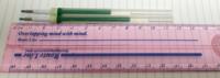 ユニボール シグノRT1について びっくりしたので質問させてください。 先日ボールペンを一本使い切ってしまったため、買い溜めていた予備のボールペンを探しました。 予備は二本見つかり片方使おうと思ったところ、二本のボールペンのインクの残量は全くちがいました。 約1.3cmほどインク量に差がありました。  どちらもいつ頃買ったのか不明です。 どちらもペン先の保護の樹脂のようなものがとれていないの...