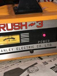 バイクのバッテリーが上がり、バイク屋で充電してもらおうと思いましたが、ちょうど家に充電器があったので充電してみました。 しかし、いまいち使い方がわかりません。  このバッテリー充電器の使い方教えてもら...