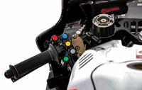 なぜサムブレーキを採用するスーパースポーツはないのですか。 ・・・・・・・・・・・・・・・・・・・・・ motogpではサムブレーキを採用率が高まっているそうですが。 モータースポーツで採用された技術は市販バイクに降りて来ると聞きますが。 最近ではCBR1000RR-Rのダクトウィングがmotogpから降りてきましたが。 モノサスも倒立サスもラジアルマウントブレーキもみんなモータース...