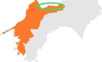 南海トラフが怖いです。愛媛県の写真の囲った部分の辺りの築30年以上のマンション5階に住んでいるのですが、すぐ近くに海と繋がった大きな川があります。 地震が来たら数分後に必ず津波が来ま す。近くの高台に逃げるべきか家に待機するか迷っています。ハザードマップを見ると液状化が10mと書いてありました。もし逃げるとしてもエレベーターは使えないし、階段が崩れたら、道が渋滞していたら、途中で津波が来た...