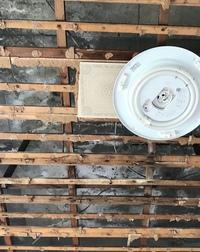 陸屋根の雨漏り修理について。 RCの中古物件の天井の板を外した状態です。 以前に雨漏りの修理をした後があるのですが、これはどんな修理方法かわかる方いますか? 白く塗った跡や、つららみ たいに白い液が垂...