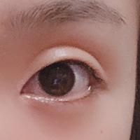 私の目は一重です! 皆からは勝ち組一重と言われます。 目は小さくはなく、上を向けばクリクリの二重になります。ちょっとくぼみ目っぽいです。 特別二重になりたい訳ではないですが、インス タや雑誌に載ってる化粧をしてみたいなーって思う事があります!  アイプチ、アイテープ、皮膜式のもの、メザイクなど色々試しましたが、どれもくい込む瞼の肉や、 くっつくまぶたが無くて二重に一瞬なりますが、...