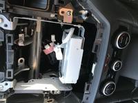 今日車にオーディオをつけようとしたらこのような機械が真ん中に固定されてました。 取り外してみるとシフトギアが入らなくなりました。(今は戻して元に戻ってる) 明日イエローハットにオーデ ィオを取り付けてもらおうと思ってるのですがディーラーでないと無理でしょうか。 車種はインプレッサスポーツです。