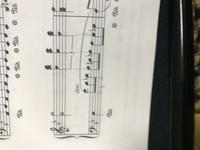四分音符三連符と八分音符三連符の合わせ方がわかりません。 画像あります。薄く線を描いたものであってますか?教えてください。