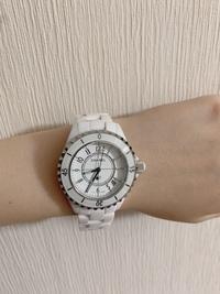 シャネル、J12の時計が偽物?本物? かについての質問です。 異性の友人から使わないとのことで上記の時計をもらいました。 ベルト部分のサイズが合わなかったので、店舗に行って調節しても らったら?という...