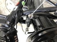 自転車の後ろのVブレーキがタイヤと一緒に動いて,止まったり走ったりの状態です。 原因はジャックナイフで横転した事だと思います。対処法を教えて欲しいです