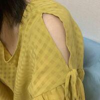 古着屋で買ったオフショル?が変です。肩出しの服なんですが、肩のところの上部が黄色い糸で縫われていて、ただ破けてるだけのようにみえます。この黄色い糸を切ったほうがいいのでしょうか?