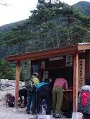 登山口の登山届提出場所でそそくさと 登山届を書いている人がいますけど、 あれってどう言うことですか? 登山届って同じものを3部用意して ・家族 ・警察 ・登山口 の3ヶ所に提出すべきものですよね? 家...
