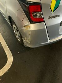 免許取りたての初心者です。駐車の際に車のはしを柱にぶつけてスってしまったのですが、これくらいの傷だと修理の相場はいくらくらいでしょうか?HONDAのスパイクです。