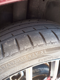3ナンバーミニバンのタイヤ交換についてです。 新品タイヤ装着後3年半経過、3.5万キロ走行、溝は5〜6mm、多少のひび割れありです。 半年前のディーラー車検時には何も言われませんでした。    ガソリンスタンドで...