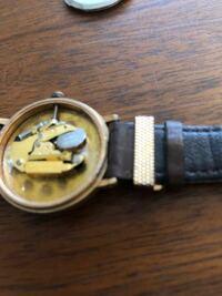 腕時計の電池交換をやってみたところ、写真のように電池が浮いてしまっています。 一応針は動いてるみたいですが、しっかりとはめないと不安なのでどうしたらいいか教えてください。
