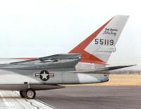 ジェット戦闘機なんかの垂直尾翼には長方形の部材がついてるのがありますが、これはなんのためについているのでしょうか? 一例としてF-107の垂直尾翼の写真ですが55119という数字の下のほうに細い台形の膨らみ...