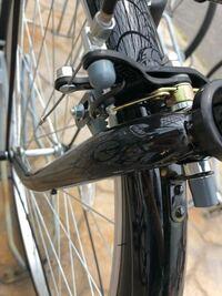 自転車について質問です。 私はギアなしの自転車を使っているのですが、今日自転車ごとコンクリートの地面で転んでしまいました。 転んでからギアが回る度に自転車の前輪からキーキーと音がなります。なにか擦れ...