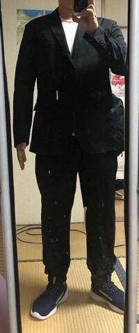 この服装はどう? レストランでフォーマルな服装を求めらるときに これはあり?  ユニクロのジャケット 白のTシャツ スーツに見えるパンツ 靴はニューバランス  これでもレストランに入れますかね? カジュアルフ...