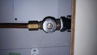 キッチンのシングル水栓を交換しようとしましたが、約20年前の水栓で給水管が銅管です。 その銅管の継ぎ手である止水栓のオスネジが外形16ミリ少々です。 (添付写真参照)   購入した水栓の継ぎ手は標準のG1/2で上記オスネジに取り付ける  事が出来ません。  ネットでネジ変換の部品を探したところ  タスコ TASCO TA271CA-34 圧力計用ジョイントG3/8XR1/2 ...