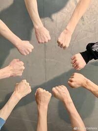 このSnowManのweiboの写真、どれが誰の手かわかる方教えてください。