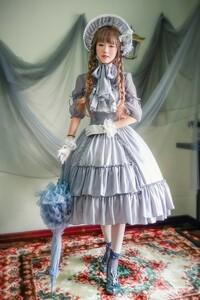 この女の子が、この服装で身体を回転させたらどうなる? . この女性が、 この服装で身体をバレリーナの様に高速でクルクル回転させると、 この女性の洋服のスカートは遠心力でどう変形すると思いますか?