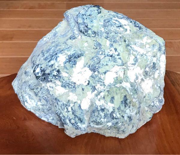 この石は何という石でしょうか? ご存知の方教えてください。よろしくお願いします。