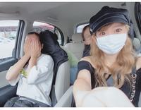 シートベルト着用について  日菜あこさんというかたのブログに貼ってあった写真です。助手席の娘さんが腰部分しかシートベルトをつけていなかったのですが、これって違反ではないんですか?
