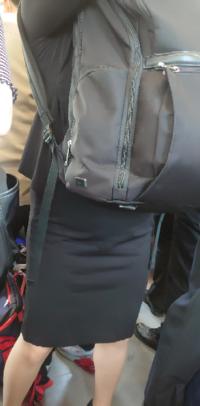 スーツにリュックは似合わ無いですか。ビジネスバッグが理想ですか。特にレディースの場合です。
