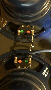 ギターアンプのスピーカーユニットの写真ですが、どちらがプラスかマイナスか分かりません。 ケーブルが正しく接続されているかも分かりません。  直列か並列かも分からないのですが、ケーブルはひとつのジャックでまとめられています。(ケーブルはビニールで固められています。)   この少ない情報で各スピーカーユニットの極性とケーブルの極性を見分ける為にはどうすれば分かりますか? テスターもありません。 ...