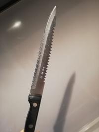 この包丁は何用でしょうか? 刃には「刀匠 兼守」と彫られています。 サイズはペティナイフぐらいです。 両側にギザギザの刃と波型の刃がついており、試しにハード系チーズを切ってみました が、特別切りやす...