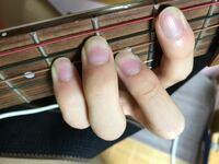 ギター指について… ギター初心者です 爪長いですがこの後切ります  FコードやBmを薬指が横に曲がって押さえたいフレットから離れてしまいます 本当は小指の隣に密接させて押さえたいです この指のおかげでFコード、Bmの時の薬指のフレットがびびってしまいます(表現合ってるのか?)  ギターに限らず薬指と小指を曲げて指先同士を隣り合わせにしようとしてもできません。  左もちょっとこうなります 右の...