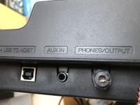 電子ドラム DTX_400のヘッドホン刺すところが錆びて使えなくなりました。ヘッドホンで音を聞く別の方法ありますか?  USBはtypeBですか?こちらは変換プラグで音なりますか(;▽;)