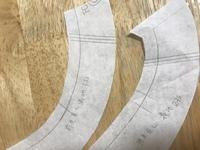 洋裁初心者です。 型紙を写しているのですがこの、見返しの部分三本線はなんの線でしょうか? どうぞよろしくお願いします。