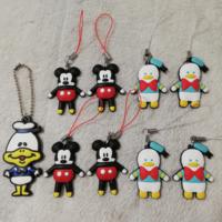 画像のディズニーのラバーキーホルダーの商品名とキャラクターを教えてください。 ミッキーマウスは分かるのですが、その他のキャラクター名が分かりません  ツムツム?