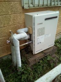 給湯器からの水道管の配管について (戸建ての水道管の更新について)  1993年建築の一般的な戸建てに住んでおります。 (すぐに工事という訳ではないのですが、先日、水道管の配管(鉄管)の中を開けてのぞい...