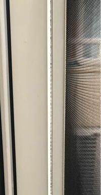 自宅の網戸と窓の間にどうしても少し隙間ができてしまいます。 どうやらここから蚊などの小さい虫が入り込んでいるようなので出来るだけ早く隙間をなくしたいです。 この隙間を埋めるために何かいいアイデアなど...