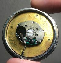 ボタン電池の種類を教えて下さい、、 この写真の丸いところに入るボタン電池はなんというやつでしょうか? ちなみに直径は7ミリ程でした