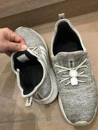 このアディダススニーカーの商品名を知りたいのですが、わかる方いらっしゃいますか? (昨年ハワイで購入し、靴ひも部分は自分で変えています) ※同じ物を探しているのですが、海外にはあるけど、日本では売っていない、とかありますか?