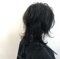 中学生でウルフカットは大丈夫ですかね…学校ではくくりますが長さ的に…。後セットとかってストレートアイロンあれば出来ますか?  今の長さは胸の上で癖毛ですねぇ。毛先がクルクルしちゃいま す。 前髪もこれ...